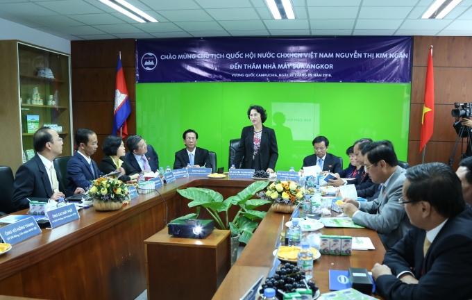 Bà Nguyễn Thị Kim Ngân - Uỷ Viên Bộ Chính trị, Chủ tịch Quốc hội Việt Nam nhận xét về tình hình hoạt động sản xuất của nhà máy sữa Angkor sau phần trình bày của lãnh đạo nhà máy.