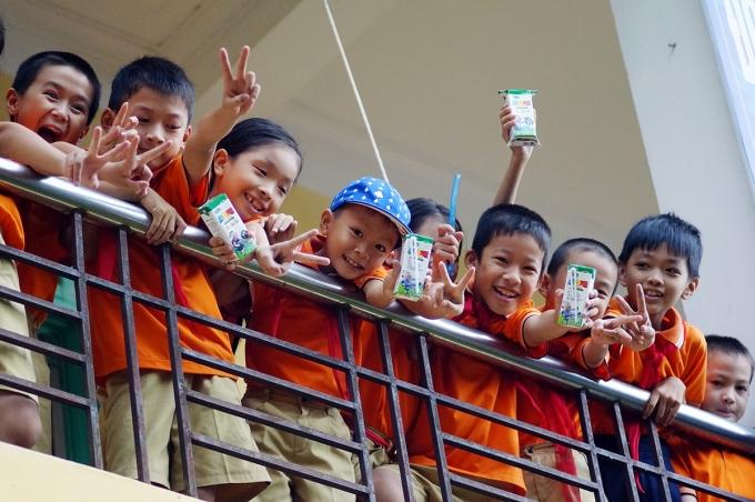 Vinamilk với gần 10 năm tiên phong đi đầu thực hiện chương trình sữa học đường ở các địa phương trên cả nước, nhằm đem đến các sản phẩm sữa dinh dưỡng chất lượng quốc tế cho các em học sinh trên mọi miền đất nước, giúp các em được phát triển toàn diện cả về thể chất và trí lực, vì một Việt Nam Vươn Cao.