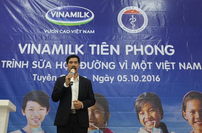 Ông Nguyễn Quốc Khánh – Giám Đốc Điều hành Vinamilk chia sẻ kinh nghiệm gần 10 năm tiên phong triển khai thực hiện chương trình Sữa học đường tại ngày hộị sữa học đường ở Tuyên Quang.