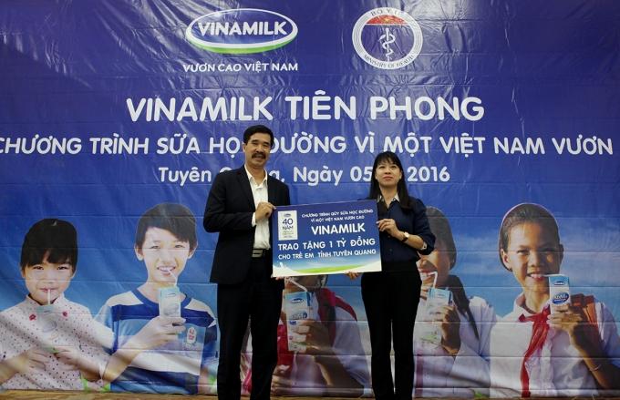 Ông Nguyễn Quốc Khánh – Giám Đốc Điều hành Vinamilk trao tặng bảng tượng trưng 1 tỷ đồng đến trẻ em tỉnh Tuyên Quang cho đại diện của tỉnh tại ngày hội sữa học đường.