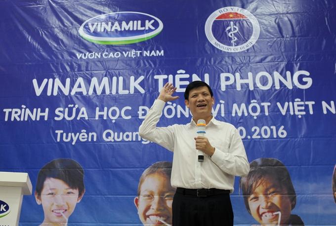 GS.TS Nguyễn Thanh Long - Thứ trưởng Bộ Y tế giao lưu cùng các em học sinh trường tiểu học Tràng Đà, Tuyên Quang lễ phát động chương trình sữa học đường năm 2016.