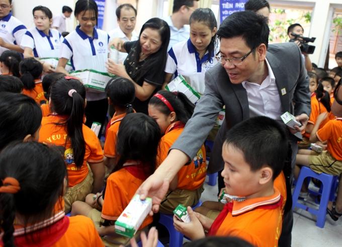 Ông Nguyễn Hồng Sinh – Giám đốc Kinh doanh toàn quốc Vinamilk cùng đại biểu trao tặng sữa cho các em học sinh trường Tràng Đà, Tuyên Quang.