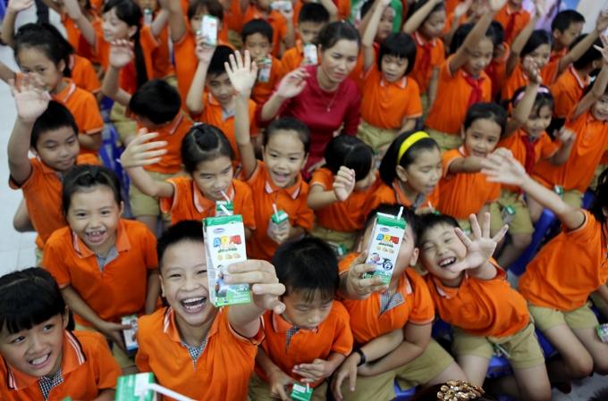 Sau gần 10 năm Vinamilk tiên phong bắt đầu phối hợp cùng các tỉnh thực hiện chương trình sữa học đường thì tổng số lượng học sinh được thụ hưởng từ chương trình là 380 ngàn em học sinh và tổng ngân sách trợ giá từ Vinamilk là 92 tỷ đồng.