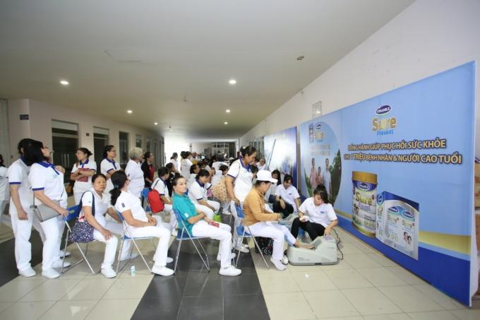 Hoạt động đo loãng xương cho người cao tuổi tham gia chương trình được hưởng ứng nhiệt tình.