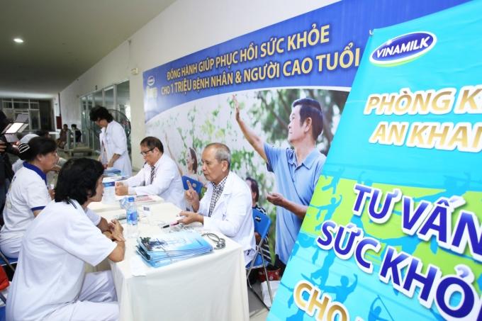 Các Bác sĩ Phòng Khám An Khang tư vấn sức khỏe và dinh dưỡng cho người cao tuổi.