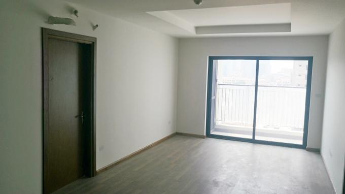 Hệ thống cửa chính căn hộ, cửa thông phòng, cửa logia, sàn gỗ đã được thi công và làm sạch đồng bộ, hệ thống điện và các đầu chờ hoàn thiện 100%.