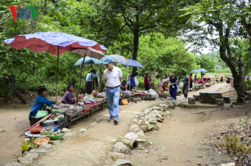 """Những món """"quà rừng"""" được người dân bản địa bày bán cho du khách đến với Mường Phăng."""