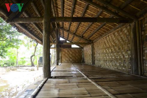 Phía ngoài có lán nghỉ của cán bộ chiến sỹ, nhỏ đơn sơ và được dựng từ những vật liệu sẵn có ngay tại khu rừng này.