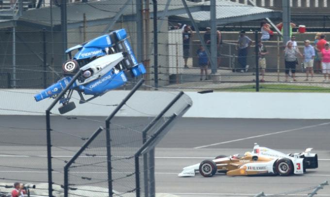 Hình ảnh chiếc xe đua của Scott Dixon bị hất tung lên trời trong vụ tai nạn