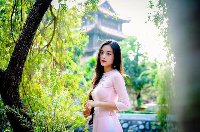 Nguyễn Tố Anh (sinh năm 1999, tại Hải Phòng), là cựu nữ sinh trường THPT chuyên Trần Phú. 9X vừa hoàn thành kỳ thi THPT quốc gia, chuẩn bị du học Pháp.