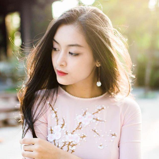 Gương mặt xinh đẹp, vóc dáng cân đối cùng chiều cao lý tưởng 1,72 m, nữ sinh Hải Phòng được nhận xét là tôn lên vẻ đẹp Á Đông khi diện áo dài truyền thống.