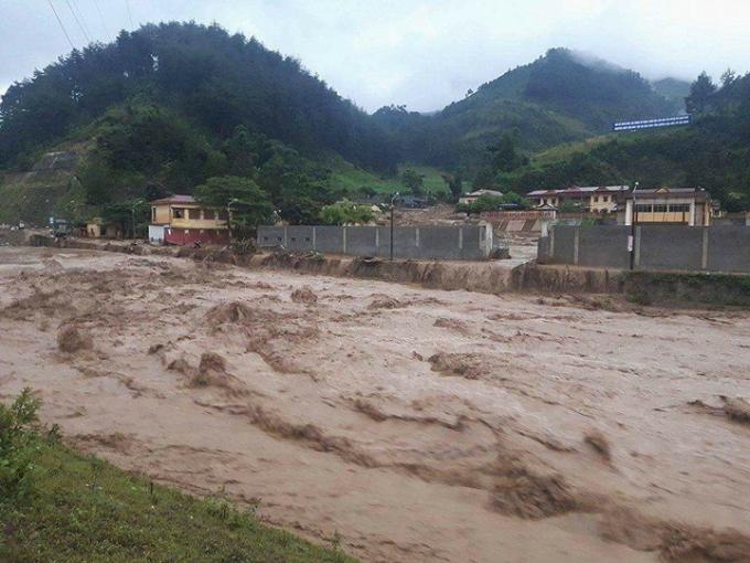 Cả thị trấn Mù Cang Chải chìm trong bùn đất.