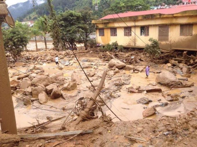Những tảng đá lớn nằm la liệt khắp nơi.              Nhân dân tập trung di chuyển đá do lũ để lại để lấy đường di chuyển.                    Sức tàn phá kinh hoàng của mưa lũ.