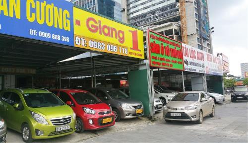 Nhiều cơ sở mua bán – trao đổi – ký gửi xe ô tô đã qua sử dụng ở phố Nguyễn Chánh, Mỹ Đình, Hà Nội. Ảnh: Phú Vinh/BNEWS/TTXVN