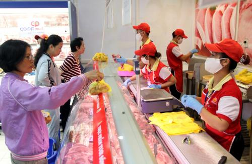 Người tiêu dùng chọn mua thịt lợn có nguồn gốc rõ ràng tại Siêu thị Co.op mart Foodcosa, Gò Vấp, Tp. Hồ Chí Minh Ảnh: Thanh Vũ-TTXVN