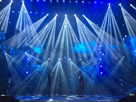 """Bên cạnh đó, 2 """"nữ soái"""" là học trò của anh vừa trải qua mùa The Voice 2015, Vicky Nhung và Phượng Vũ, cũng sẽ góp mặt trong đêm nhạc này. Ảnh: Ma Loan."""