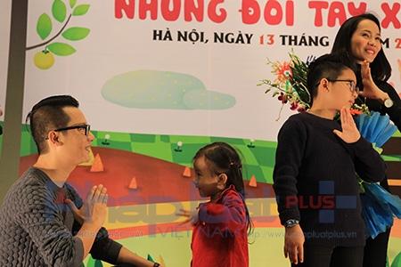 Ca sĩ Hoàng Bách cùng con gái (bé Mèo) học ngôn ngữ kí hiệu. Ảnh: Loan Bảo.