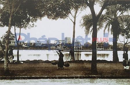 """Không gian """"Ký ức Hà Nội"""" được tổ chức từ ngày 30/12/2015 đến hết ngày 4/1/2016, tái hiện thông qua các hoạt động Triển lãm, nghệ thuật sắp đặt không gian Phố cổ, Làng cổ, dấu ấn về kiến trúc, nghệ thuật hoa, cây cảnh, sản phẩm thủ công mỹ nghệ của người Thăng Long """"khéo tay nghề - đất lề kẻ chợ"""",... (Tác phẩm: Hồ Hoàn Kiếm cuối thế kỷ 19). Ảnh: Loan Bảo."""