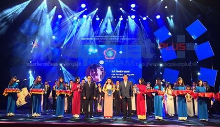 Bộ trưởng Bộ Giao thông vận tải Đinh La Thăng trao giải thưởng Danh hiệu
