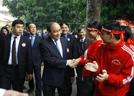 Phó Thủ tướng Nguyễn Xuân Phúc động viên các đội tình nguyện. Ảnh: Phapluatplus.