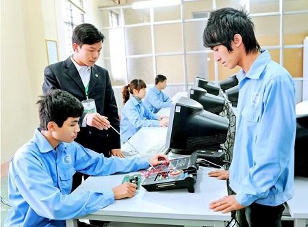 Cách duy nhất là phải sớm sửa đổi trung cấp thành trung học nghề để cấp học này bình đẳng với trung học phổ thông.Ảnh: Internet.