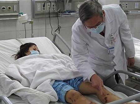 Mọi người đều có thể mắc bệnh thông qua hít phải các giọt bắn từ dịch đường hô hấp của người bị bệnh hoặc người lành mang vi khuẩn trong hầu, họng. Ảnh minh họa.