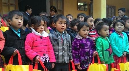 Với mong muốn cải thiện môi trường học tập cho các em học sinh nghèo miền núi,...