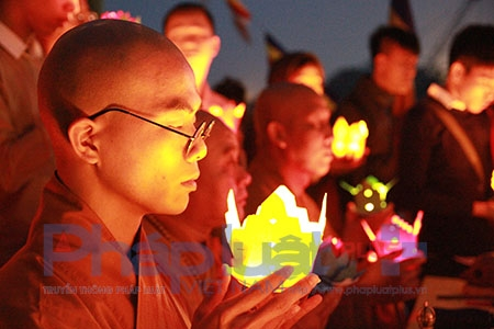 Sau màn giảng pháp, các sư thầy và nhiều phật tử cùng di chuyển phà ra giữa dòng sông Hồng làm lễ cầu an, cúng thí thực cô hồn, sau cùng là làm lễ phóng sinh và thả đèn hoa đăng.