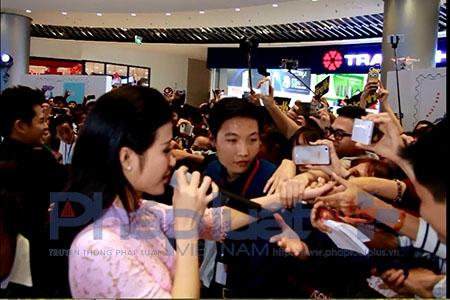Đông Nhi - Ông Cao Thắng tình tứ trong ngày ra mắt MV tiền tỉ