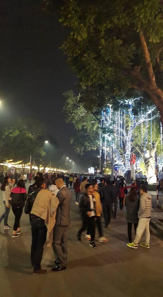 19h00 đêm 30 mọi người đã có mặt ở khu phố Tràng Tiền - Hồ Hoàn Kiếm. (ảnh: Minh Long).
