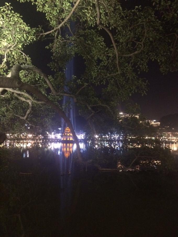 Hồ Hoàn Kiếm trước thời khắc bắn pháo hoa. (ảnh: Minh Long).