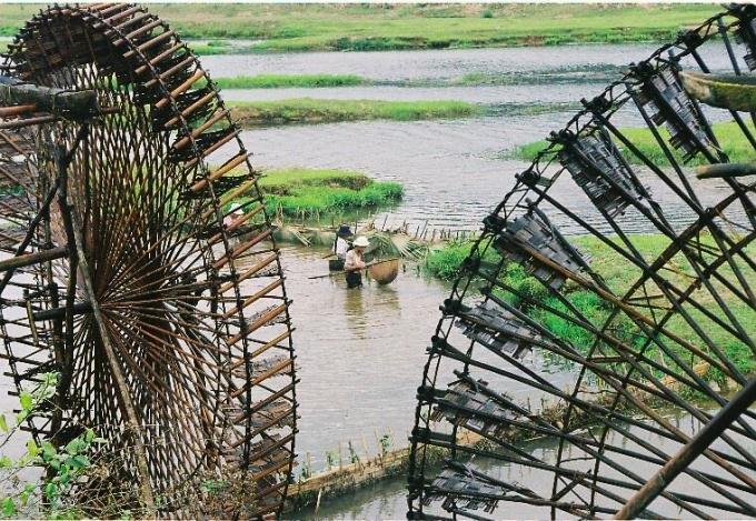 NHững chiếc guồng đưa nước tưới cho ruộng đồng vùng Chiêng Ngam (ảnh: Minh Long).