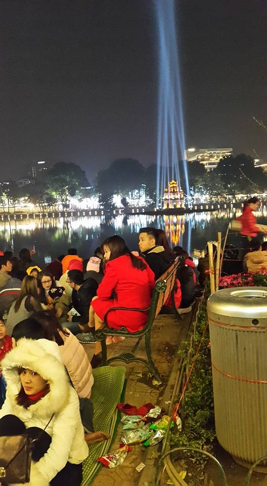 19h00 mọi người đã tìm cho mình chỗ ngồi ở gần địa điểm bắn pháo hoa đó là Bờ Hồ. (ảnh: MInh Long).