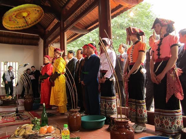 Đồng bào dân tộc thái ở Chiêng Ngam bên chum rượu cần (ảnh: Minh Long).