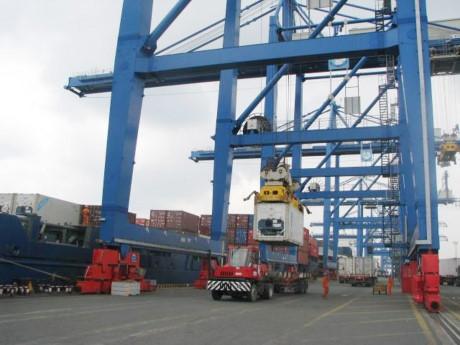 Hoạt động XNK tại cảng Cát Lái, TP.HCM- địa phương xuất khẩu lớn nhất cả nước. (ảnh: T.Hòa).
