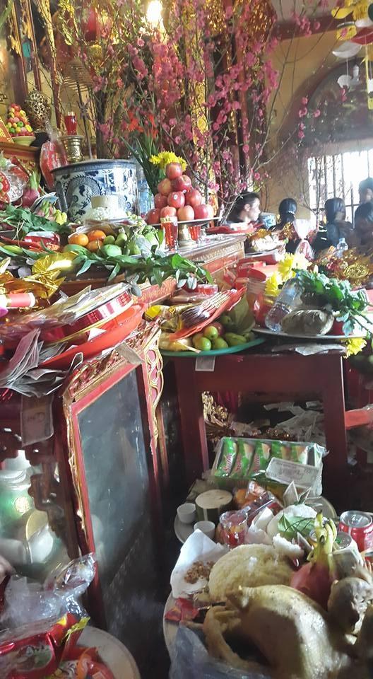 Các mâm hoa quả, tiền vàng của du khách hành hương xin lộc tại đền Mẫu Đồng Đăng. (ảnh: Minh Long)