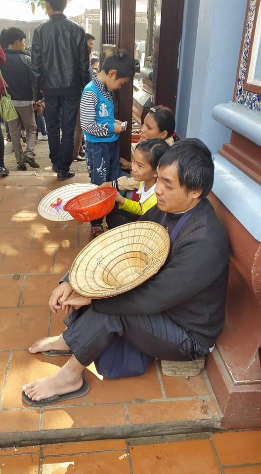 Cảnh xếp hàng ngồi ăn xin trước cổng đền Mẫu Đồng Đăng. (ảnh: Minh Long).