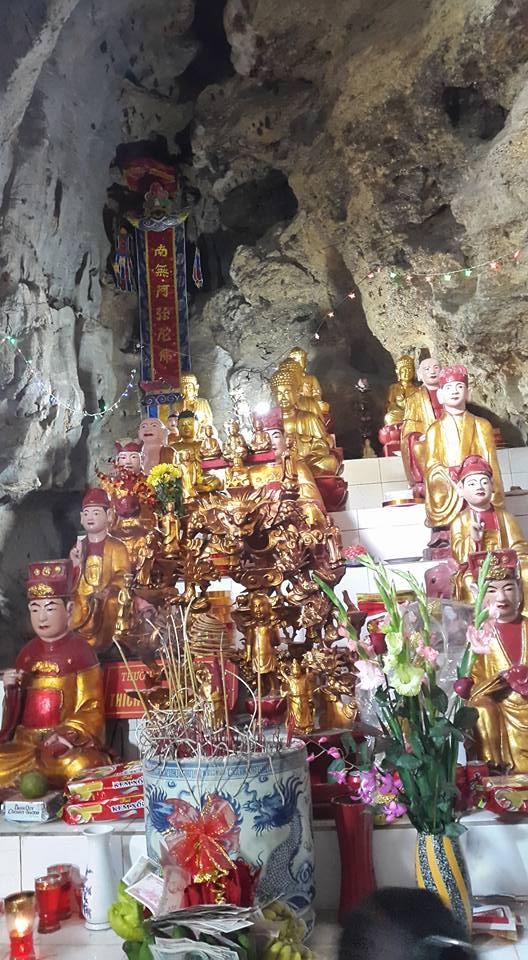 Ban thờ các vị Thần Thánh tại chùa Bụt Bay. (ảnh: Minh Long).