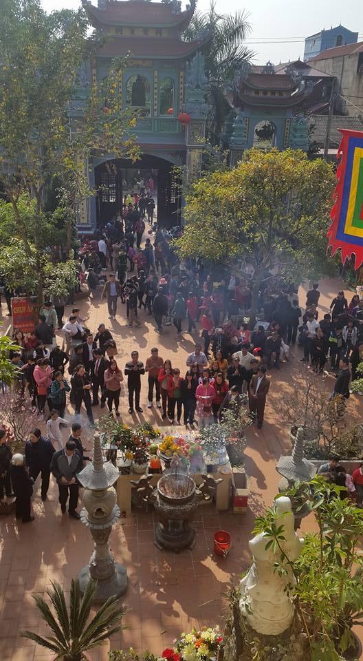 Rất đông du khách thập phương hành hương xin lễ đầu năm tại đên Mẫu Đồng Đăng.(ảnh: Minh Long).