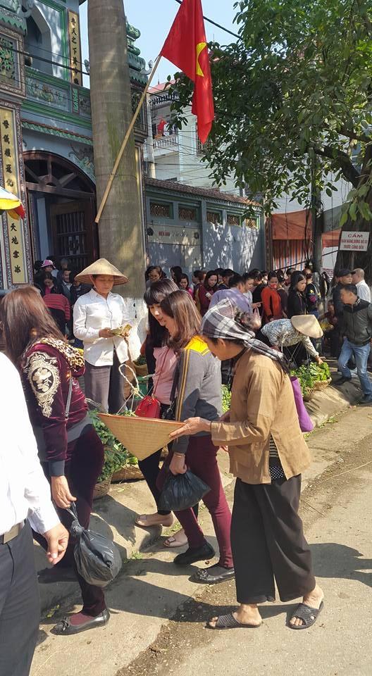 Đây là hình ảnh bà cụ khỏe mạnh ngả nón xin tiền trước cổng đền Mẫu Đồng Đăng. (ảnh: Minh Long).