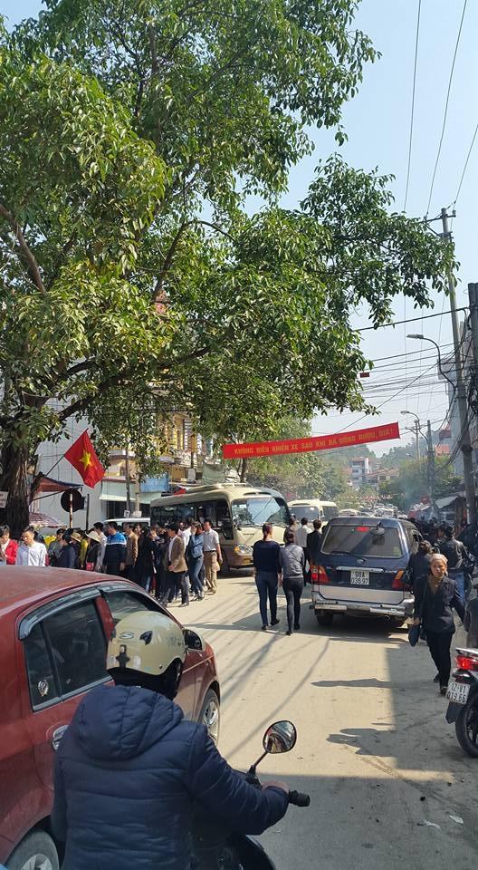 Từng đoàn xe và đoàn người nối đuôi nhau đi lễ đền Mẫu Đồng Đăng. (ảnh: MInh Long).