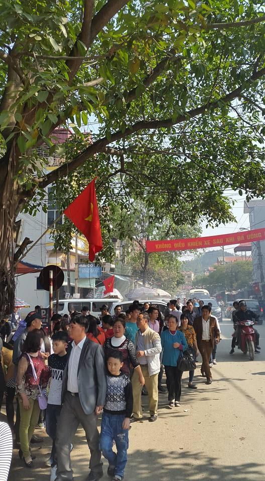 Đoàn du khách thập phương hành hương tại đền Mẫu Đồng Đăng. (ảnh: Minh Long).