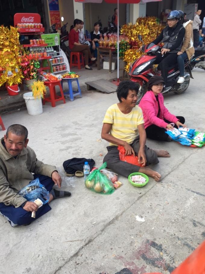 Một dãy ngồi xếp hàng ăn xin trước cổng đền Bà Chúa Kho