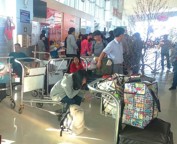 Hành khách vật vã hai ngày qua tại sân bay Vinh vì hãng hàng không VJ bị hoãn chuyến.