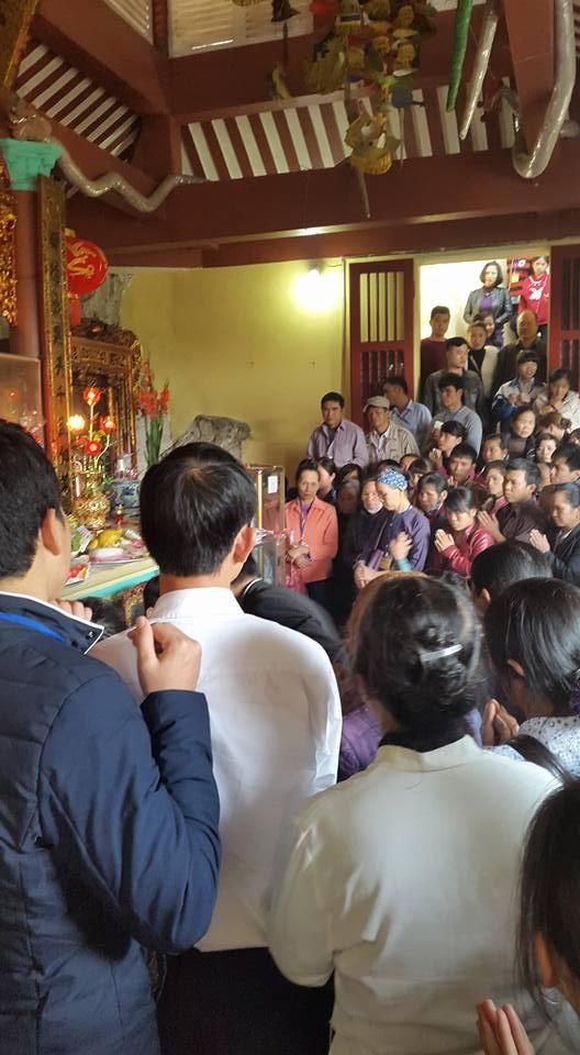 Du khách đứng chật cứng cầu khấn tại chùa Bụt Bay. (ảnh: Minh Long).