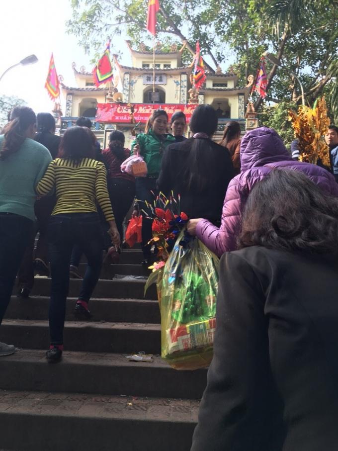 Cảnh dòng người lên đền Bà Chúa Kho. (ảnh: Minh Long).