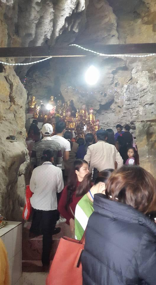 Đây là ban thờ được cho là linh thiêng nhất tại chùa Bụt Bay. (ảnh: Minh Long).              Ban thờ các vị Thần Thánh tại chùa Bụt Bay. (ảnh: Minh Long).