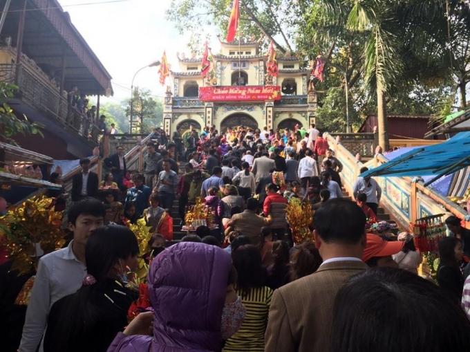 Mgười dân chen chúc nhau đi lễ đền Bà Chúa Kho đầu năm 2016. (ảnh: Minh Long).