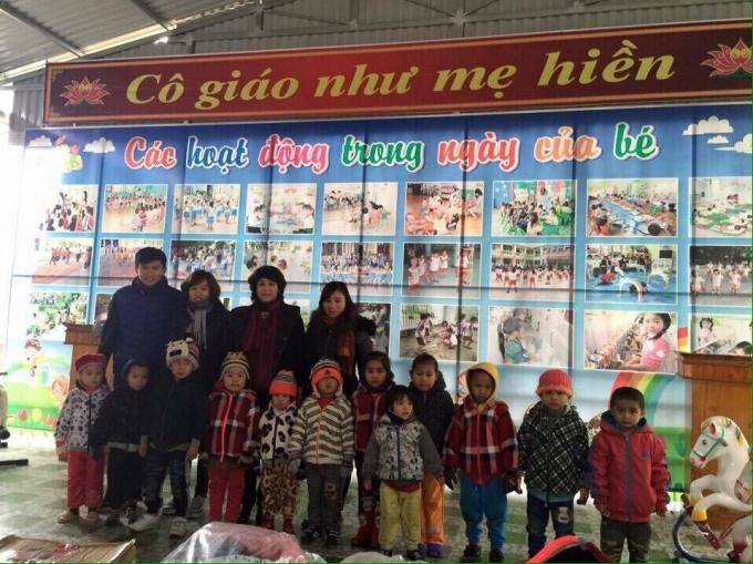 Cô Hường cùng các đồng nghiệp chụp ảnh với các em học sinh mầm non. (ảnh: Minh Long).