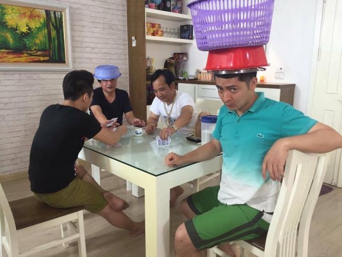 Ca sỹ Du Thiên, cùng các nghệ sỹ Quốc Anh, Quân Anh, Quang Tèo một cảnh trong phim. (Ảnh: Minh Long).